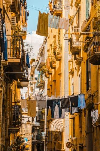 Roupas penduradas em varais em Nápoles, na Itália