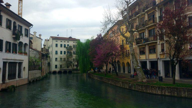 Um dia cinzento entre as cores de Treviso, na Itália