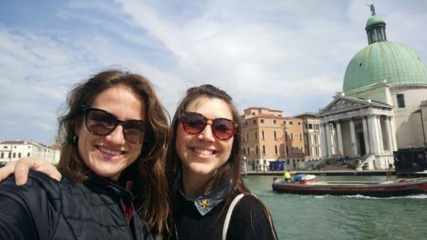 Duas mulheres em frente a um canal em Veneza