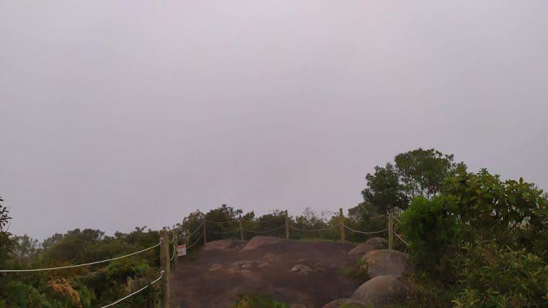 Mirante da Pedra da Macela, com o céu todo cinza de neblina