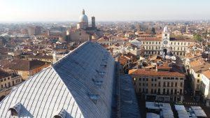 Imagem tirada da página da Wikipedia da cidade de Padua: https://it.wikipedia.org/wiki/Padova#/media/File:Panorama_padova.jpg