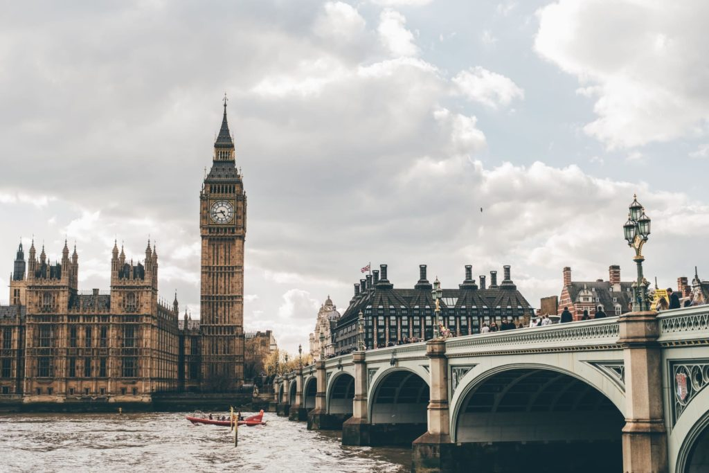 Vista de Londres, com o parlamento, o Big Ben e a ponte de Westminster ao lado
