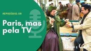 """De um lado, um fundo verde com um microfone onde se lê """"episódio 8: Paris, mas pela TV""""e, do outro, Rose e Abe, da série Marvelous Mrs Maisel, comendo em um banco em Paris em cena da série"""