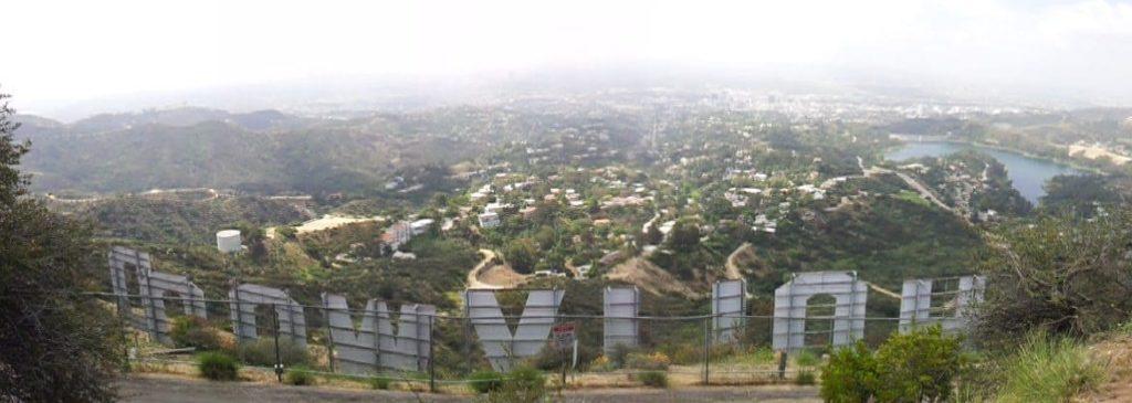 Vista de Los Angeles do alto, por trás do letreiro de Hollywood