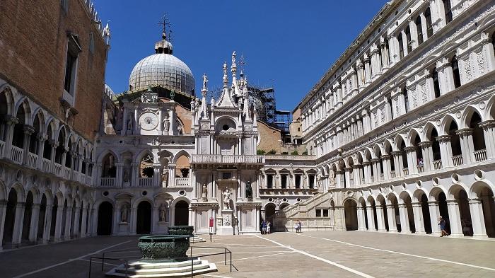 Vista do pátio dentro do Palazzo Ducale em Veneza
