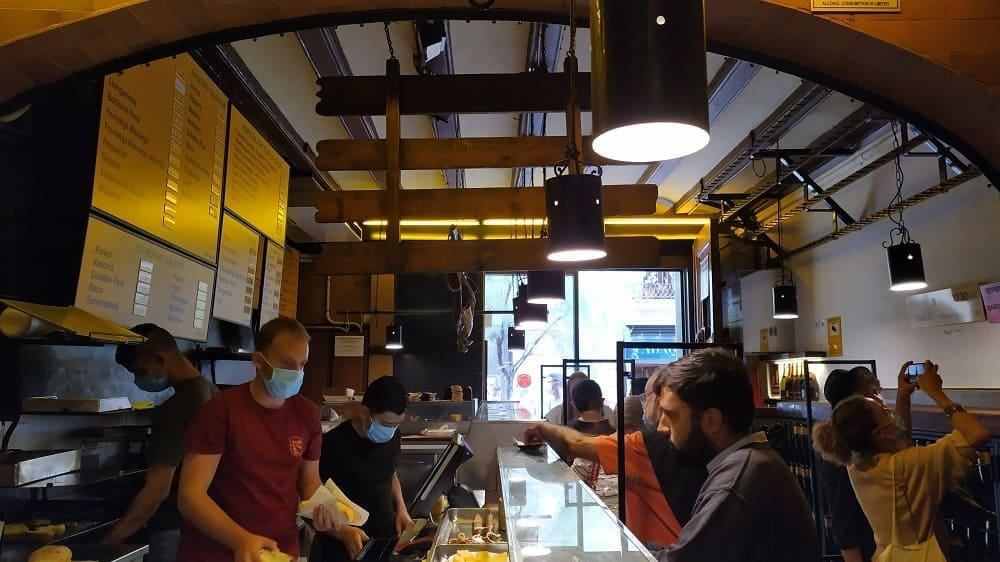 Bar de tapas em Barcelona com os espaços entre clientes separados
