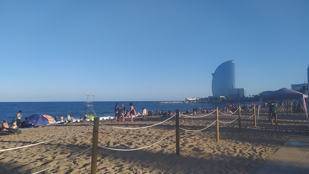 Praia de San Sebastià em Barcelona durante a pandemia