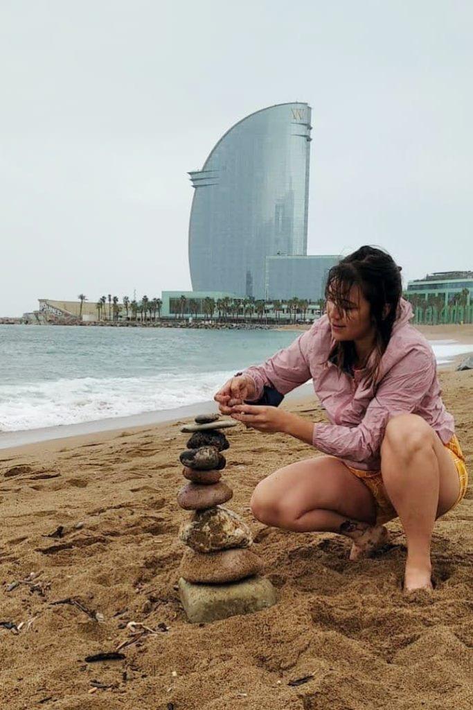 Empilhando pedras na praia em Barcelona