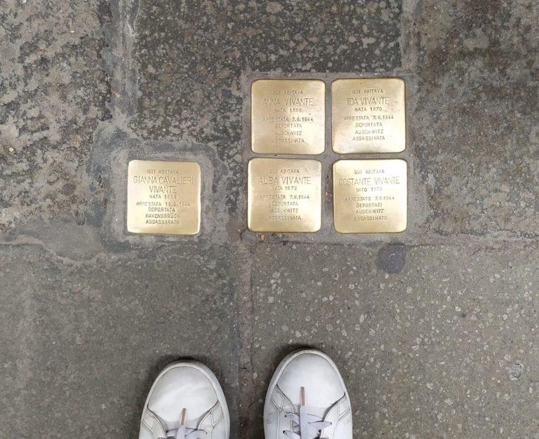 O que são as placas com nomes nas calçadas na Europa?